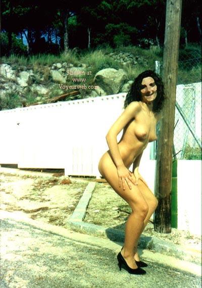 Pic #6 - mi mujer en la puerta de mi casa