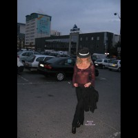 Tina Vor Dem Moulin Rouge
