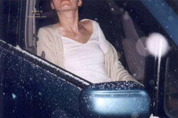 Pic #3 - Amira nackt auf dem Parkplatz