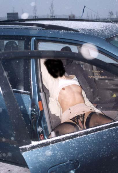 Pic #6 - Amira nackt auf dem Parkplatz