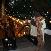 *NC Tina Nackt Auf Der Rolltreppe Im Einkaufszentrum